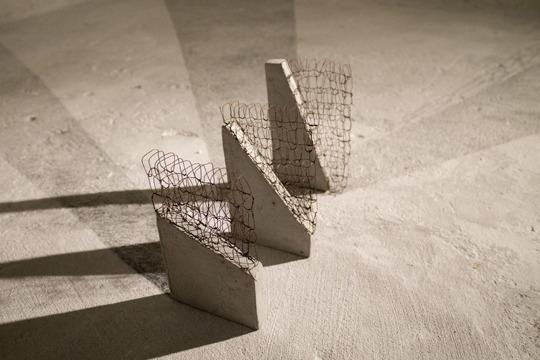 Crfndng_cartolina__30__45__60__2014_ferro_cartone_vegetale_cemento_e_grafite_su_muro_dimensione_ambiente_4_chilometri_per_arrivare_alle_7_adiacenze_bologna._copy