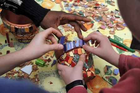 Blois-atelier-de-mosaique-avec-des-enfants-de-l-a.i.e.i-de-blois-vienne-et-l-artiste-zoao-lumpini-mars-2007_imagelarge