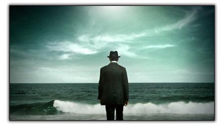Boardwalk_empire_-_homme_face_a__la_mer