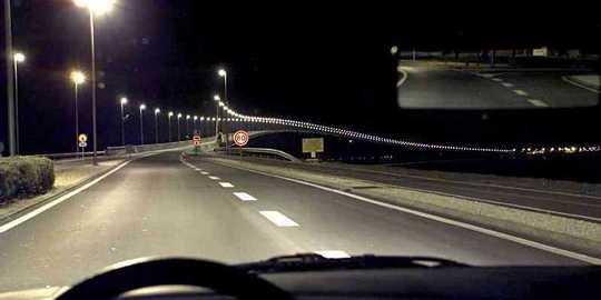 Nuit-sur-route-eclairee