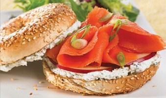 Bagel-saumon-fume-pomme-deux-fromages