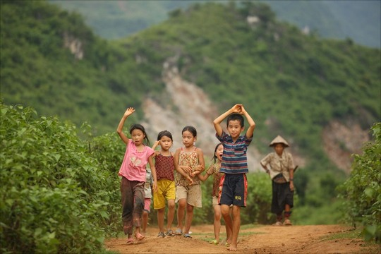 Vietnamese-children-running