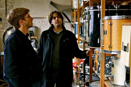 Visite du hangar de Music Fund en compagnie du directeur de l'association, Olivier Marie