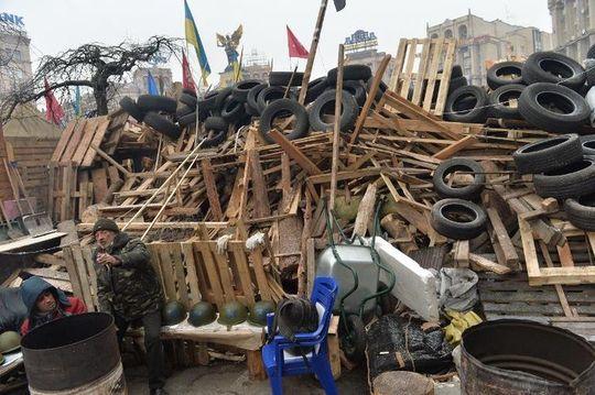 606467-barricade-des-manifestants-pro-europeens-a-kiev-le-20-decembre-2013
