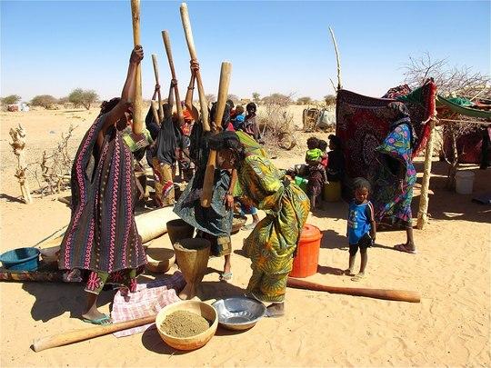 Femmes de Gatt Teydouma pilant le mil