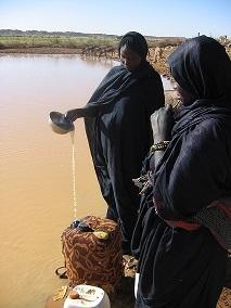 Mauritanie_janvier_2006_femmes_collectant_de_l_eau_1kkbb
