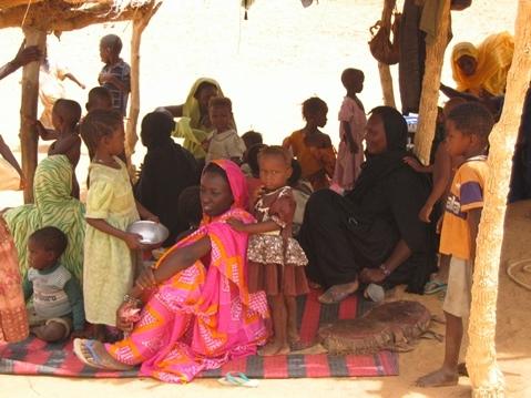 Femmes_et_enfants_dans_les_adouabas_juin_2005_068