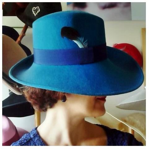 Mademoiselle_slassi_-__porter_plusieurs_casquettes-