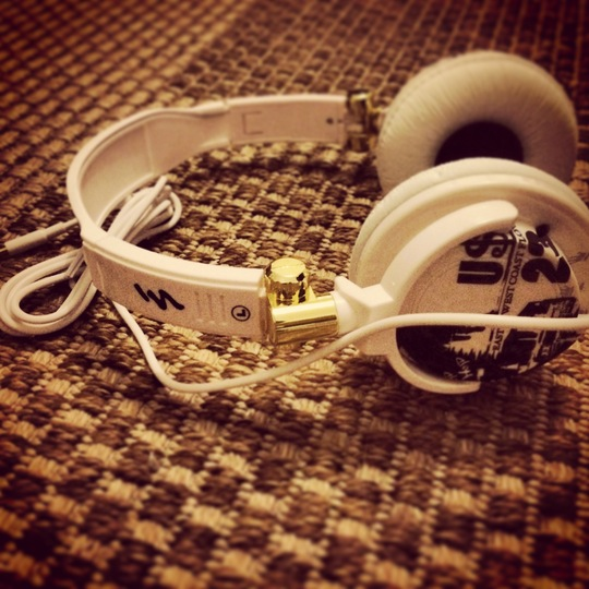 34-blackwhitegold_headphones