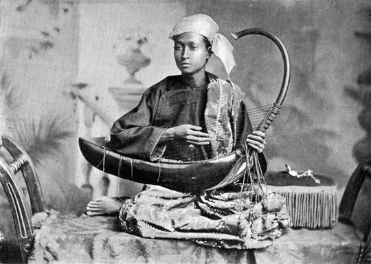 Saung_harp_musician